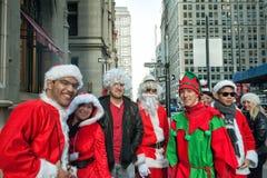 NEW YORK, de V.S. - 10 DECEMBER, 2011 - Mensen kleedde zich als het vieren van de Kerstman Kerstmis Stock Foto