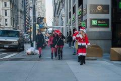 NEW YORK, de V.S. - 10 DECEMBER, 2011 - Mensen kleedde zich als het vieren van de Kerstman Kerstmis Stock Foto's