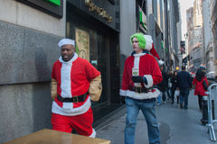 NEW YORK, de V.S. - 10 DECEMBER, 2011 - Mensen kleedde zich als het vieren van de Kerstman Kerstmis Royalty-vrije Stock Fotografie