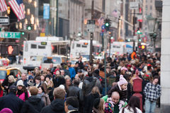 NEW YORK, de V.S. - 11 DECEMBER, 2011 - Stadsstraten is overvol van mensen voor Kerstmis Royalty-vrije Stock Foto