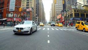New York, de V.S. - 04 juli, 2018: Taxi in verkeer die van Manhattan schot van de Stad van New York, New York vestigen stock footage