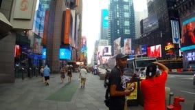 New York, de V.S. - 04 juli, 2018: Times Square, een bezige toeristenkruising van handelsreclame en een beroemde straat stock video