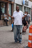 NEW YORK, de V.S. - 15 JUNI, 2015 - Daklozen die voor de camera in Harlem op weekdag glimlachen Stock Foto's