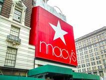 New York, de V.S., 1 Juni 2011: Het reuze rode macy` s embleem bij en Stock Foto's