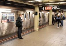 New York, de V.S. - 8 Juni, 2018: Mensen op het wachten van het metroplatform stock afbeelding