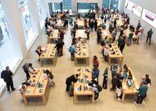 New York, de V.S. - 08 Juni, 2018: Mensen in opslag Apple Vijfde Avenu stock foto's