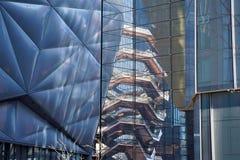 New York, New York/de V.S. - 09 Maart 2019: De Loods en Schip, het volledig van licht, door de glasmuur van de een andere bouw, stock foto