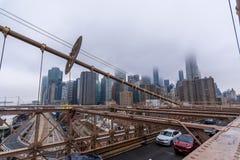 New York, de V.S. - 29 Maart, 2018: Mensen die de brug van Brooklyn kruisen Stock Foto's