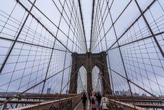 New York, de V.S. - 29 Maart, 2018: Mensen die de brug van Brooklyn kruisen Royalty-vrije Stock Foto's
