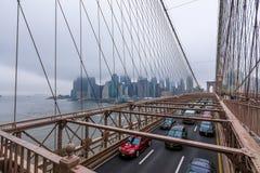 New York, de V.S. - 29 Maart, 2018: Mensen die de brug van Brooklyn kruisen Royalty-vrije Stock Foto