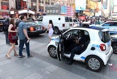 NEW YORK, de V.S. - 24 Mei, 2018: Politieman in politiewagenperfo Stock Fotografie