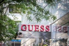 NEW YORK, DE V.S. - 15 MEI, 2019: uithangbord van de Gissingsopslag in Manhattan De gissing is een Amerikaans kledingsmerk en royalty-vrije stock foto's