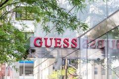 NEW YORK, DE V.S. - 15 MEI, 2019: uithangbord van de Gissingsopslag in Manhattan De gissing is een Amerikaans kledingsmerk en royalty-vrije stock fotografie