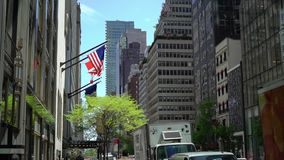 NEW YORK, DE V.S. - 5 MEI, 2019: De vlag van de V.S. bij de bouw stock footage