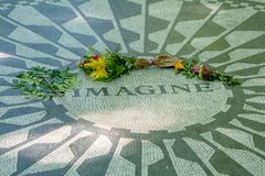 NEW YORK, DE V.S. - 22 NOVEMBER, 2016: Strawberry Fields-mozaïek in de vloer van Centraal park in de Stad van New York, de V.S. Stock Fotografie