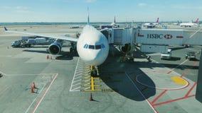 New York, de V.S. - OKTOBER 12, 2016: Het grote lijnvliegtuig in de luchthaventerminal is klaar om passagiers te ontvangen JFK-Lu stock video