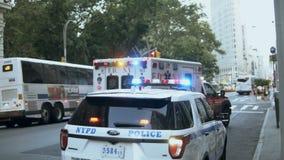 NEW YORK, DE V.S., 18 08 2017 Ongeval Hulpdienst op weg Het ambulante auto berijden dichtbij de politie met sirenelicht stock videobeelden