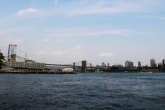 New York, de V.S. - 2 September, 2018: De Brug van Brooklyn met de horizon van Manhattan Van de binnenstad op bewolkte hemel stock foto
