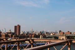 New York, de V.S. - 2 September, 2018: De horizon van Lower Manhattan zoals die van de Brug van Brooklyn wordt gezien De brug van stock afbeelding
