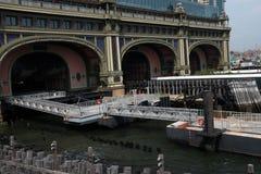 New York, de V.S. - 2 September, 2018: De Staten Island-veerboot in Staten Island wordt gedokt dat royalty-vrije stock foto