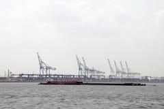 New York, de V.S. - 2 September, 2018: Zeehaven met kranen en dokken vroeg in de ochtend royalty-vrije stock afbeeldingen