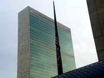 New York: 1 december, 2018 Het Hoofdkwartier van de Verenigde Naties met vlag bij half voorbij voor Prseident Bush stock afbeelding
