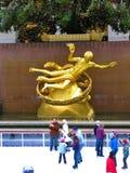 NEW YORK - December 3: Skateboradåkare som har gyckel på den Rockefeller mitten Royaltyfria Foton