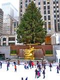 NEW YORK - December 3: Skateboradåkare som har gyckel på den Rockefeller mitten Arkivfoto