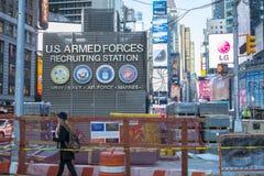 NEW YORK, DEGLI STATI UNITI 25 NOVEMBRE: Centro di assunzione dell'esercito nei periodi Squ fotografia stock