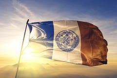 New York del tessuto del panno del tessuto della bandiera degli Stati Uniti che ondeggia sulla nebbia superiore della foschia di  immagini stock