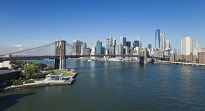 The New York Downtown w Brooklyn Bridge and Brooklyn park Royalty Free Stock Photography