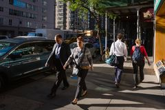 New York en Newyorkers De straatscène van Manhattan stock foto's