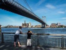 New York - Estados Unidos - enjoyin dos povos ao lado de rio em New York fotos de stock royalty free