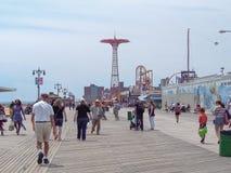 New York - Estados Unidos - povos aprecia no passeio à beira mar de Coney Island em New York fotos de stock
