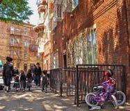 New York - Estados Unidos - povos que andam na rua em Williamsburg em New York foto de stock royalty free