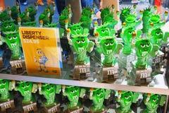 New York, Etats-Unis à l'intérieur du ` s de M&M de magasin de bonbons à New York près des périodes S Image stock