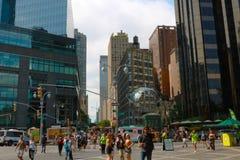 NEW YORK, Etats-Unis - 30 août 2018 : La sculpture en acier inoxydable Unisphere devant l'hôtel international et la tour d'atout image stock