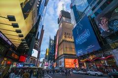 New York, Etats-Unis, 09-03-17 : célèbre, place de temps la nuit avec des foules Images stock