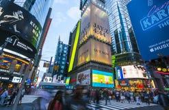 New York, Etats-Unis, 09-03-17 : célèbre, place de temps la nuit avec des foules Photographie stock libre de droits