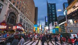 New York, Etats-Unis, 09-03-17 : célèbre, squre de temps la nuit avec des foules Photographie stock