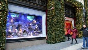 NEW YORK, ETATS-UNIS - DÉCEMBRE 2017 : devanture de magasin célèbres décorés pour Noël à Manhattan banque de vidéos