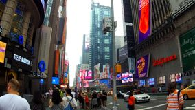 New York, Etats-Unis - 4 juillet 2018 : Le Times Square, décrit avec des théâtres de Broadway et des signes animés de LED, est un banque de vidéos