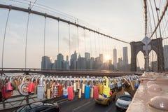 NEW YORK - Etats-Unis - JUIN, 12 2015 casiers d'amour sur le pont de Manhattan Photo libre de droits