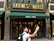 New York, Etats-Unis - 9 juin 2018 : Les gens près de l'entrée en Barnes image libre de droits