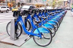 New York, Etats-Unis, le 1er octobre 2016 : Les vélos de ville sur Broadway ont préparé pour louer Le programme a la plus grande  photos stock