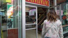 NEW YORK, ETATS-UNIS - 5 MAI 2019 : Jeune femme en restaurant de mcdonald banque de vidéos