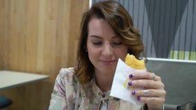 NEW YORK, ETATS-UNIS - 5 MAI 2019 : Jeune femme en restaurant de mcdonald clips vidéos