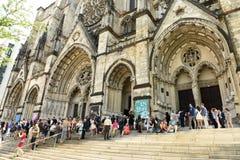 New York, Etats-Unis - 25 mai 2018 : Les gens près de l'église o de cathédrale photo libre de droits