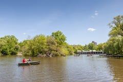 New York, Etats-Unis 20 mai 2014 Un couple ramant le bateau à rames dans le lac Image stock