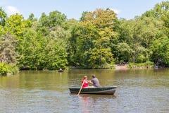 New York, Etats-Unis 20 mai 2014 Un couple ramant le bateau à rames dans le lac Images libres de droits